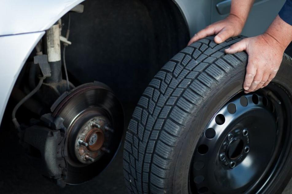 Die Diebe montierten auch die Räder des VW ab. (Symbolbild)
