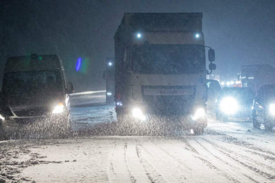 Starkschnee sorgt für komplettes Verkehrschaos! Laster stehen quer