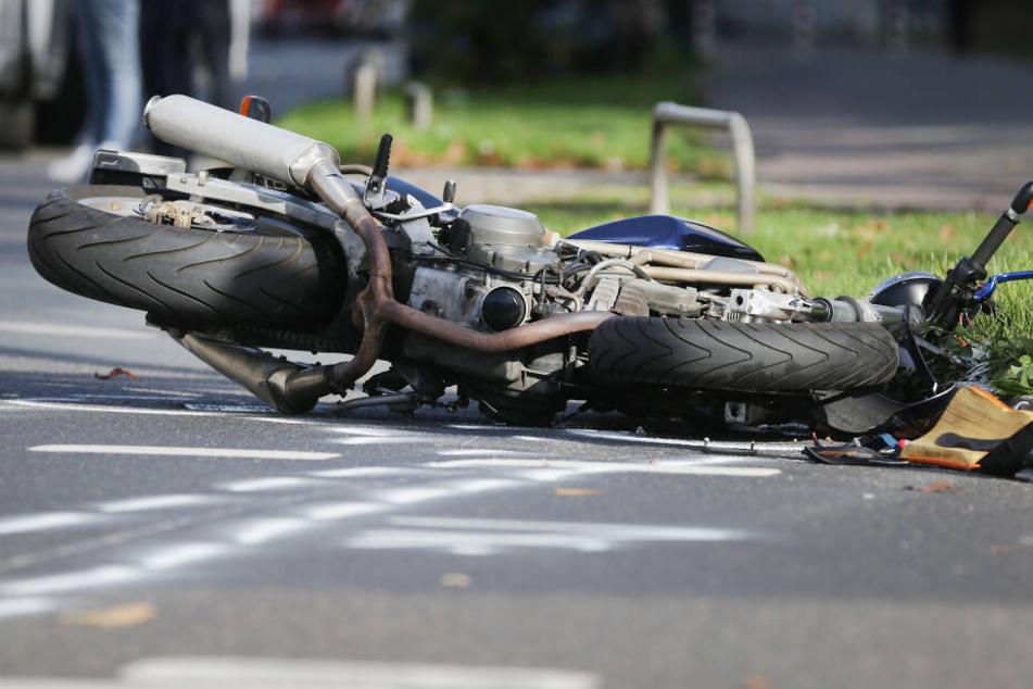 Nach dem Zusammenstoß wurde den Mann von seiner Maschine in den Straßengraben geschleudert. (Symbolbild)