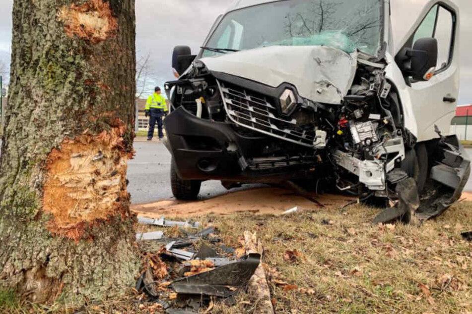 Der vom Unfall gezeichnete weiße Renault Kleintransporter an der Unglücksstelle.