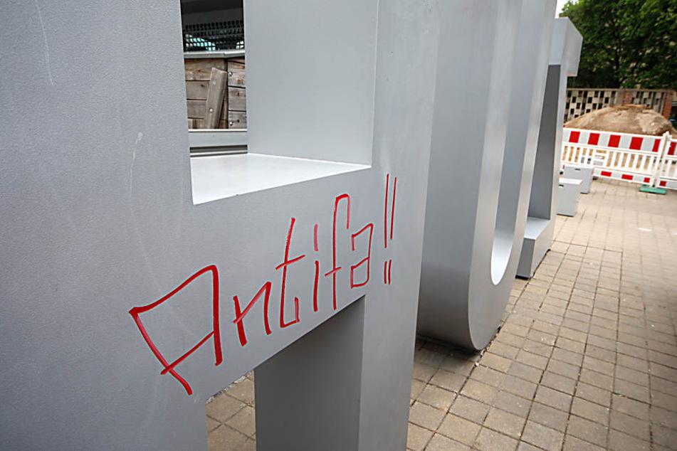 Unbekannte beschmierten den Zuhause-Schriftzug auf dem Brühl.