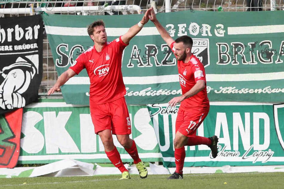 Ronny König (Zwickau) hat zum 2:2 Ausgleich getroffen und jubelt mit Morris Schröter (Zwickau)