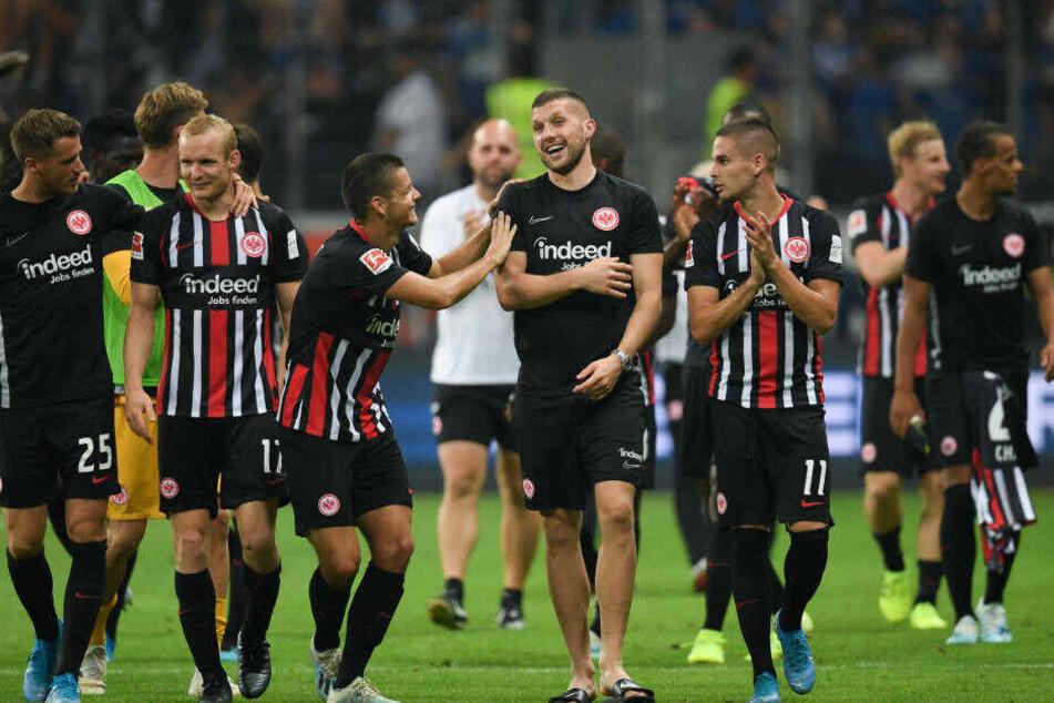 Die Eintracht-Spieler freuen sich nach dem Erreichen der Gruppen-Phase der Europa League. Wegen des Fan-Verhaltens im Spiel gegen Straßburg verhängte due UEFA aber saftige Strafen gegen den Verein.