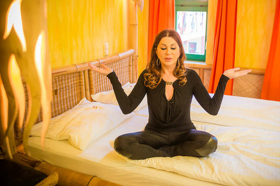 Was macht denn Theaterchefin Zora Schwarz hier im Bett?
