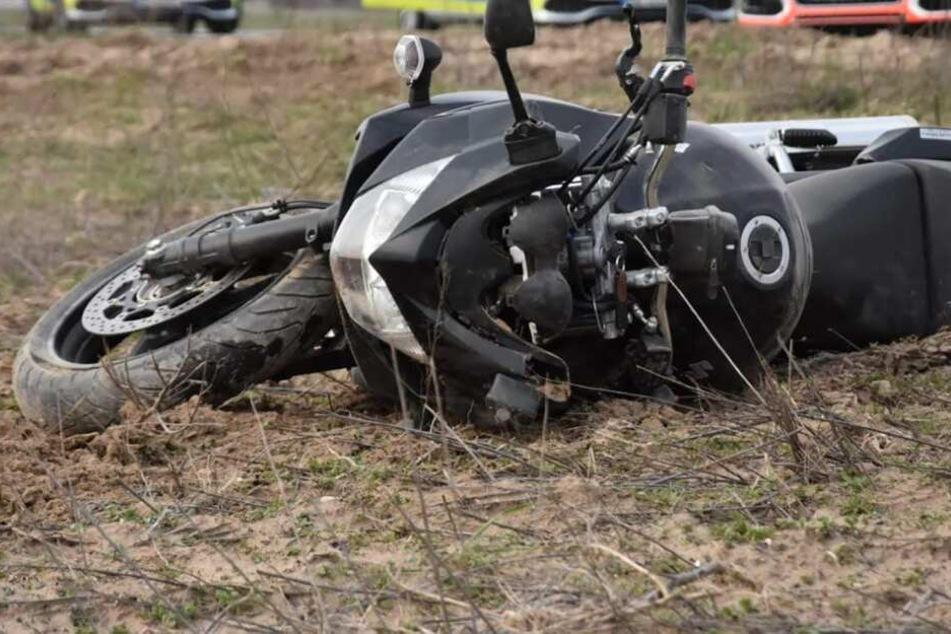 Der Motorradfahrer wurde von seinem Fahrzeug geschleudert. (Symbolbild)