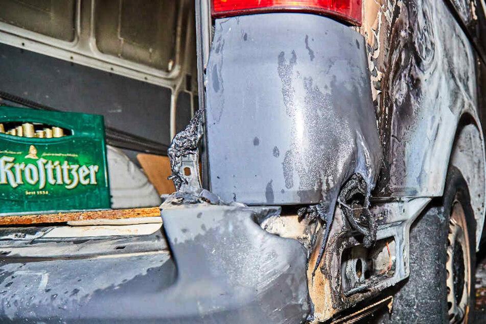 Am rechten Hinterrad des VW sind deutliche Brandspuren zu erkennen.