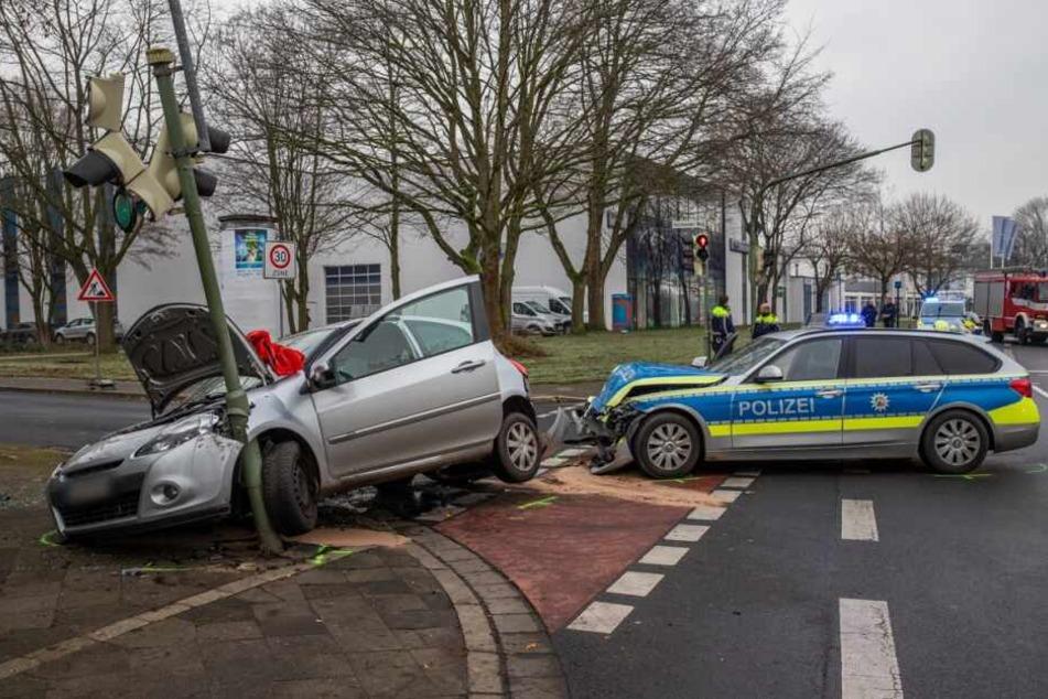 Bei dem Unfall wurde ein Mensch im Unfallauto schwer verletzt, ein beteiligter Polizist im Streifenwagen leicht verletzt.