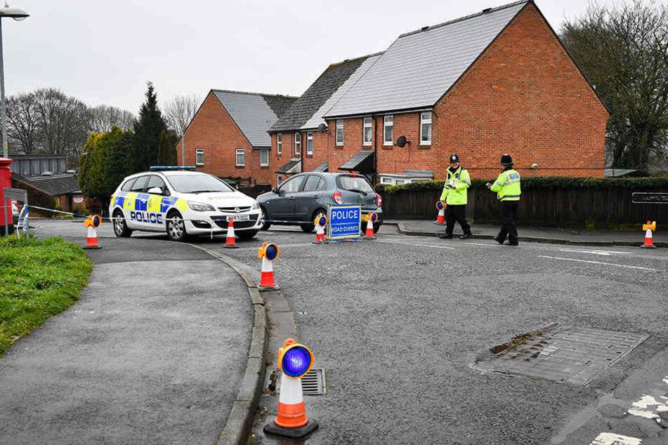 Polizisten kontrollieren die Zufahrt zur Christie Miller Road in Salisbury, nahe dem Haus des Doppelagenten Skripal, der mit seiner Tochter Opfer eines Nervengift-Angriffs wurde.