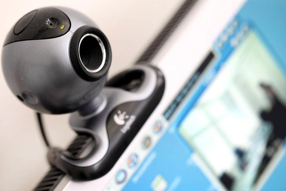 Ein Mann aus Oberbayern soll Kinder missbraucht haben – indem er den unmittelbaren Tätern Anweisungen gab und die Verbrechen via Webcam beobachtete. (Symbolbild)