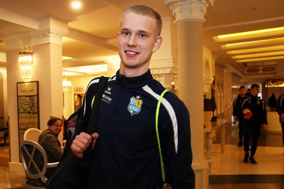 Am späten Freitagabend traf Offensivtalent Pelle Hoppe vom SV Werder Bremen im Teamhotel der Himmelblauen ein.