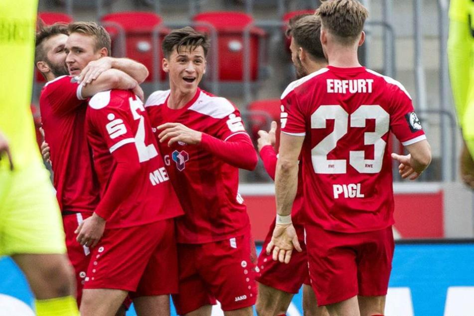 Die Erfurter bejubeln das 1:0 von Christoph Menz (2. v. l.).