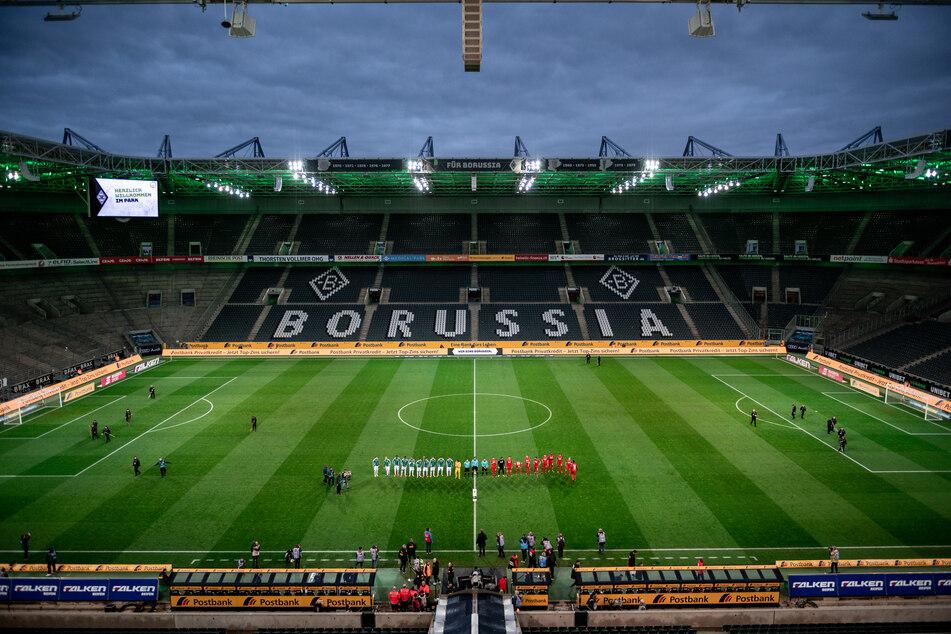 Die Mannschaften vor Spielbeginn: Die Stadionränge blieben leer.