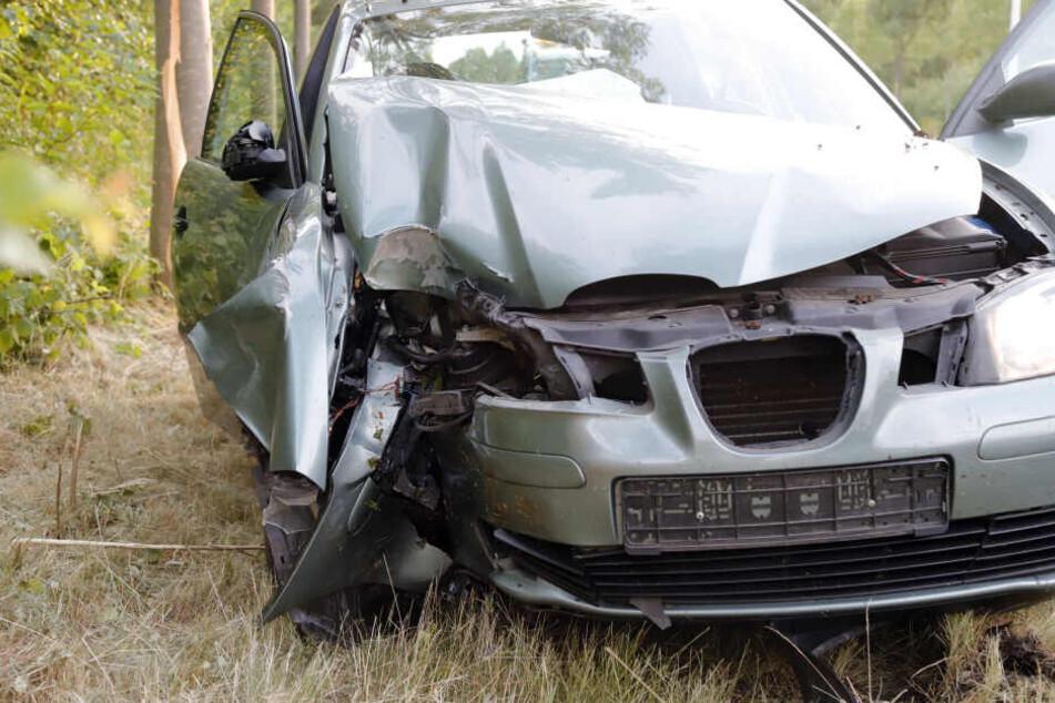 Crash gegen zwei Bäume: Seat-Fahrer in Chemnitz verletzt