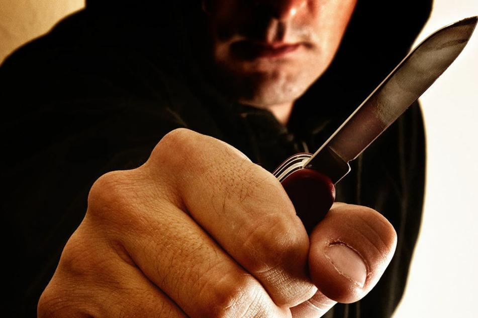 Als die Frau ihre Handtasche wiedererlangt hatte, bedrohte sie der Räuber mit einem Messer. (Symbolbild)