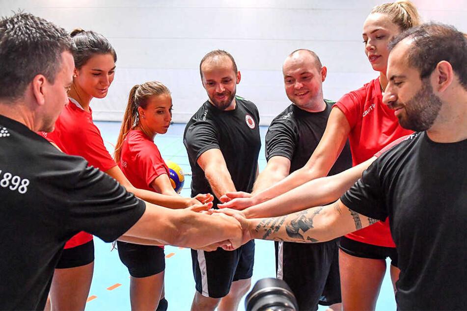 Chefcoach Alex Waibl klatscht mit seiner Truppe nach dem ersten Training ab. Ganz rechts der neue Co-Trainer Konstantin Bitter, in der Mitte Athletikcoach Lukasz Zarebkiewicz.