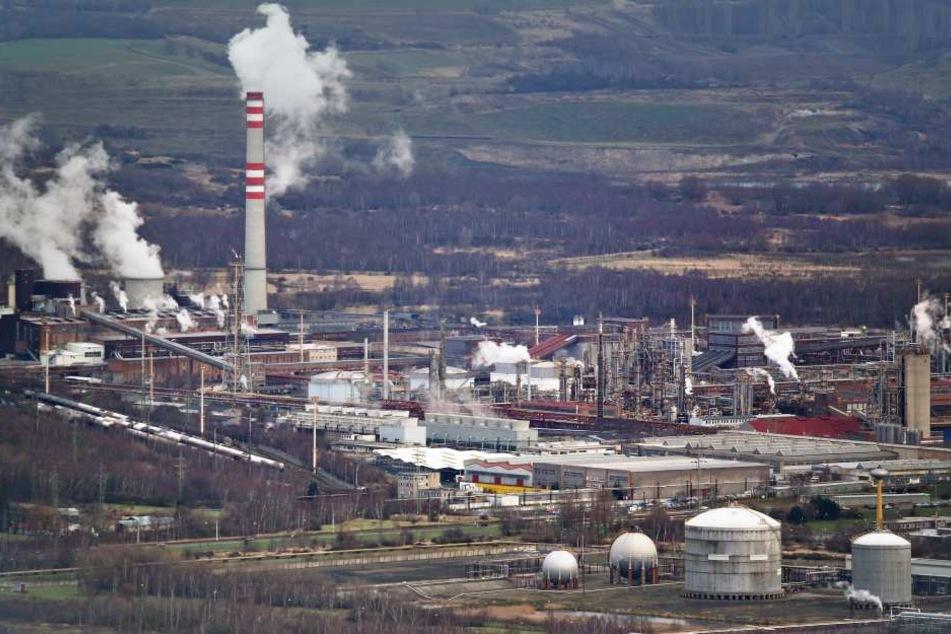Was braut sich da zusammen? Über die Abgase aus dem Litvinover Chemiepark rümpfen die Erzgebirger seit Jahren die Nase.