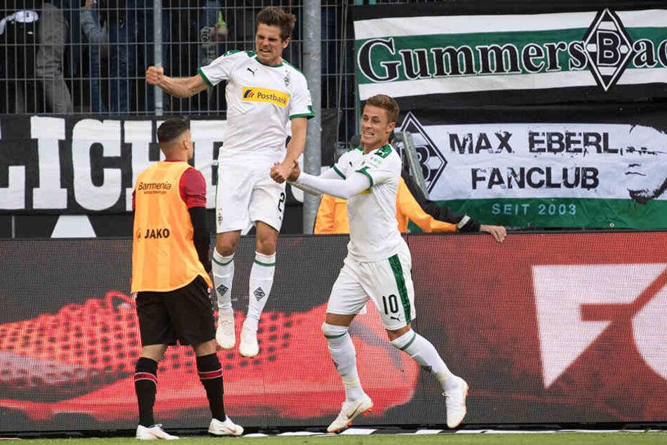 Zwei Elfmeterschützen unter sich: Jonas Hofmann (l.) und Thorgan Hazard (r.) bejubeln die Gladbacher Führung.