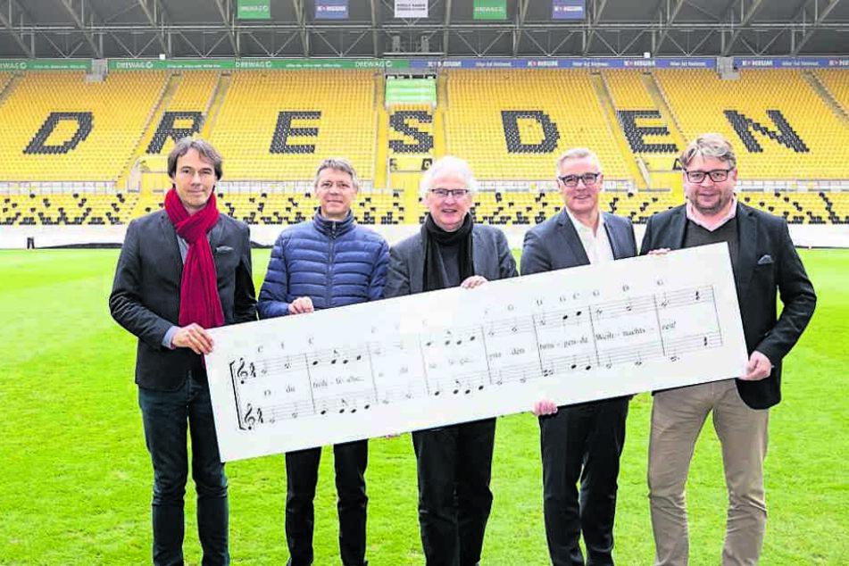Kreuzkantor Roderich Kreile (Mitte) mit Sponsoren und Organisatoren im Stadion.