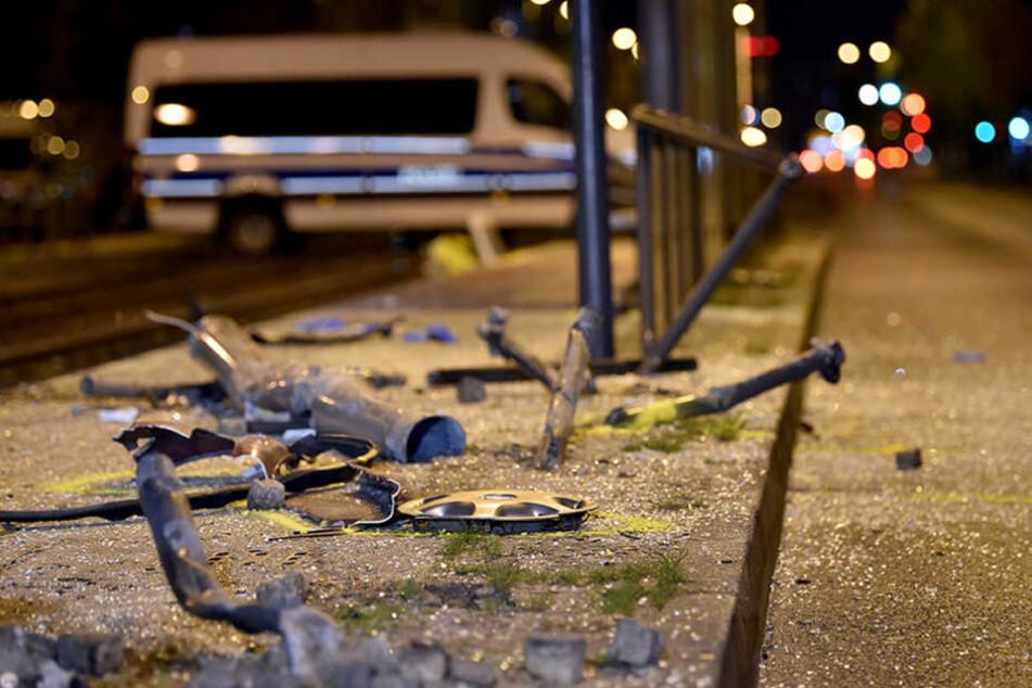 Glassplitter und Trümmer liegen an einer Unfallstelle.