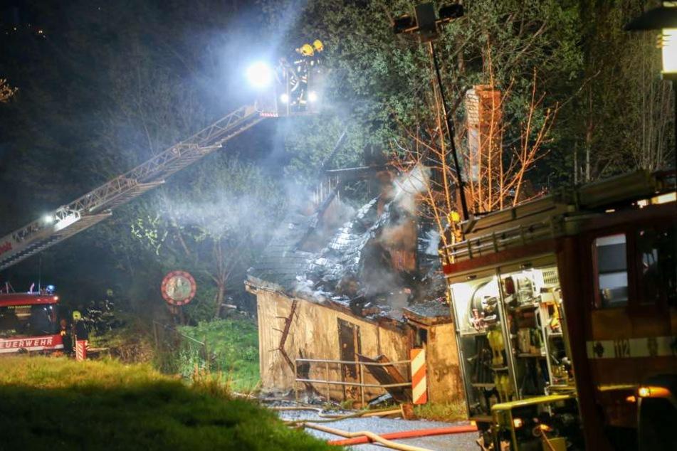 Mit einer Drehleiter und mehreren Angriffstrupps konnten die Kameraden den Brand löschen.