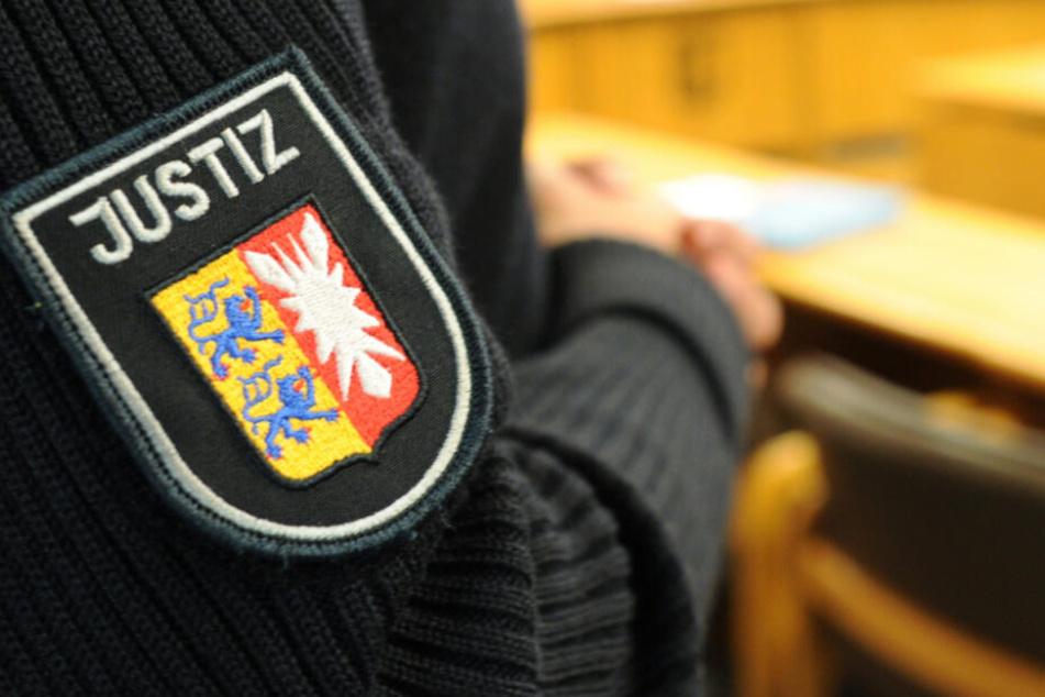 Ein Justizbeamter steht im Gerichtssaal. (Symbolbild)