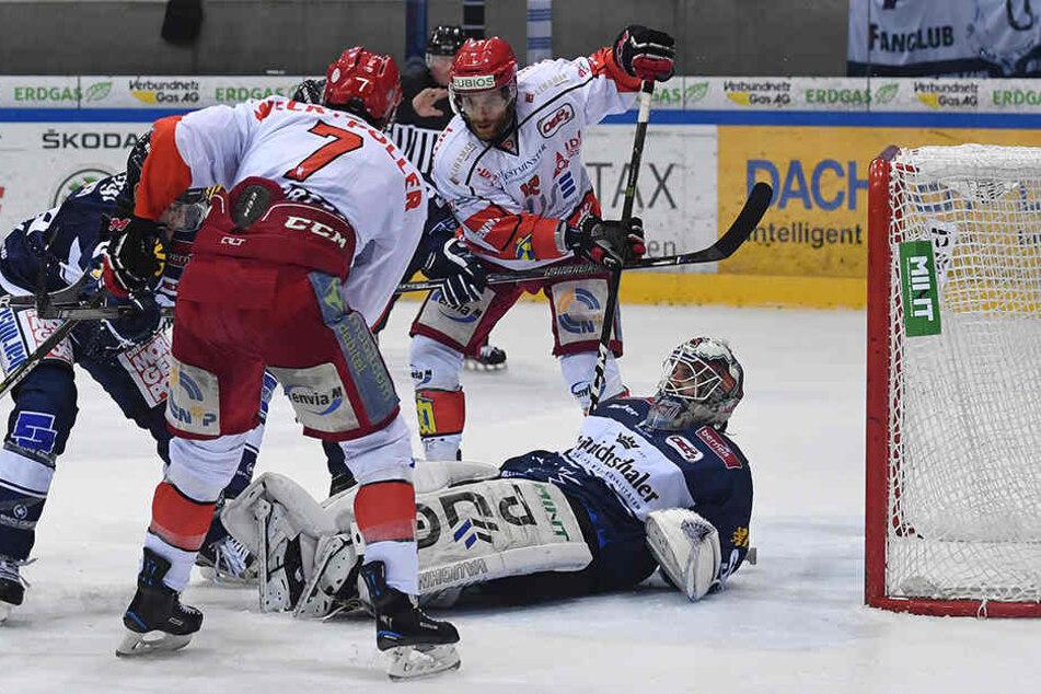 Eislöwen-Goalie Kevin Nastiuk (am Boden) zeigte gegen die Eispiraten Crimmitschau eine starke Leistung, kann auch in dieser Szene klären.