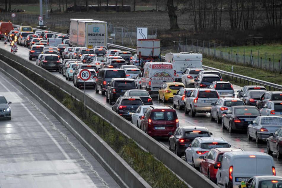 Auf Autobahn: Bus-Fahrer will nach Unfall helfen, dann kommt ein Auto...