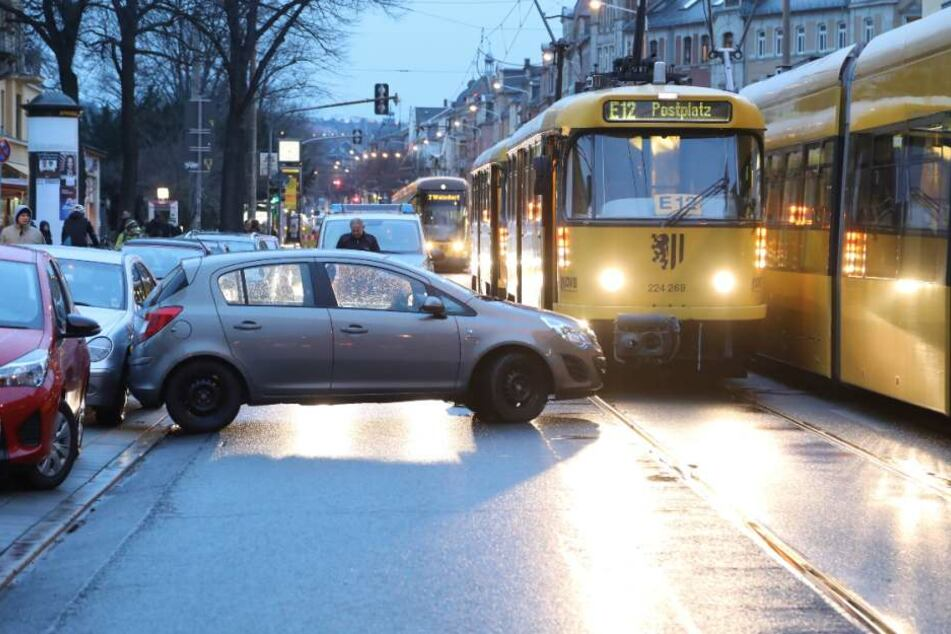 Massive Verkehrs-Behinderungen! Straßenbahn kracht in Opel