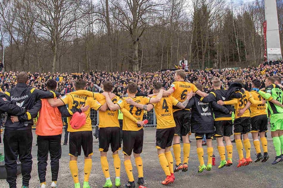 Im Vorjahr verlor Dynamo zu Hause gegen Aue glatt mit 0:3, das Rückspiel entscheiden die Dresdner im Erzgebirge dann mit 4:1 für sich und feierten entsprechend.