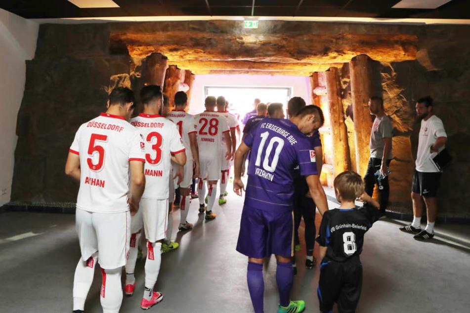 Durch den neugestalteten Spielertunnel betraten die Mannschaften das Spielfeld.