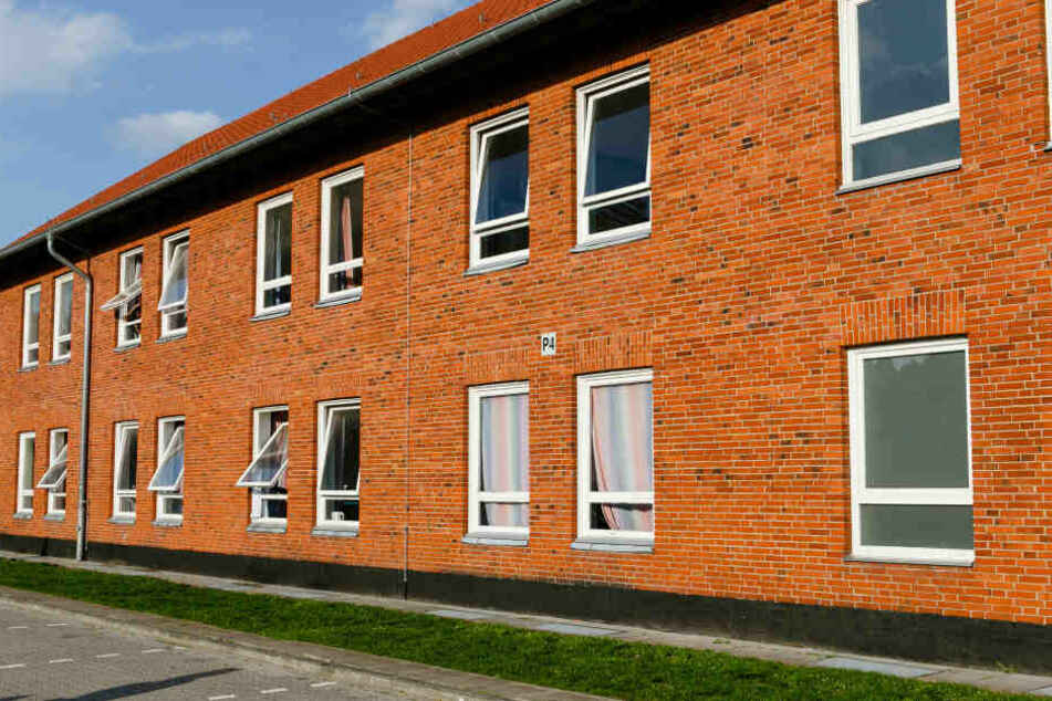 Ein Wohnblock steht auf dem Gelände der Flüchtlingsunterkunft in Boostedt. (Archivbild)