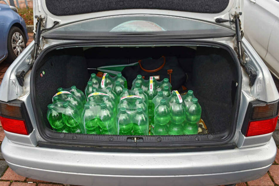 Auch dieser Kofferraum eines Dresdners war am Freitag mit Wasser-Vorräten gefüllt.
