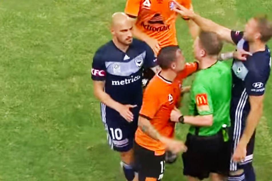 Brisbanes Eric Bauthéac (Zweiter von links) greift Melbournes Ola Toivonen (r.) an den Hals.