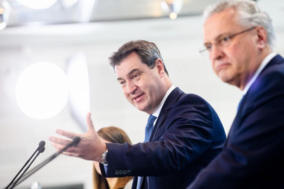 Markus Söder (l.) und Joachim Herrmann (r.) sind mit der Grenzpolizei zufrieden.