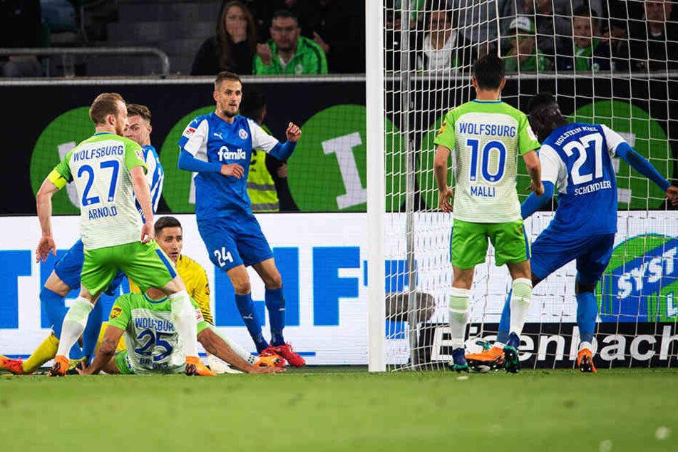 Der Kieler Ausgleich: Dominik Drexler (Dritter von rechts) bereitet klasse vor, Kingsley Schindler (r.) trifft zum zwischenzeitlichen 1:1.