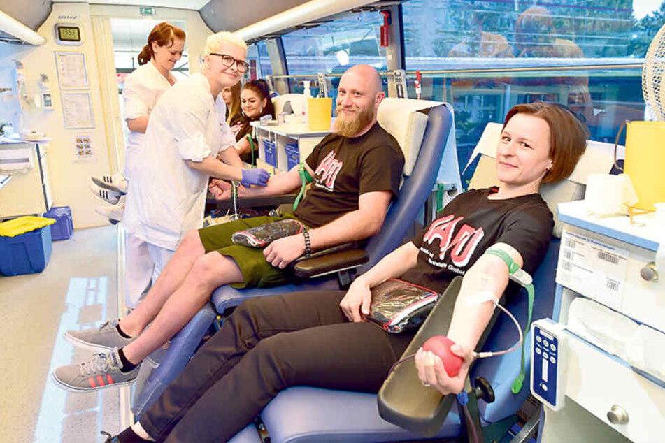 Schwester Isabel Magerl (21, l.) zapfte bei Patrick Otto (32) und Katja  Gleditzsche (36, r.) Blut ab.