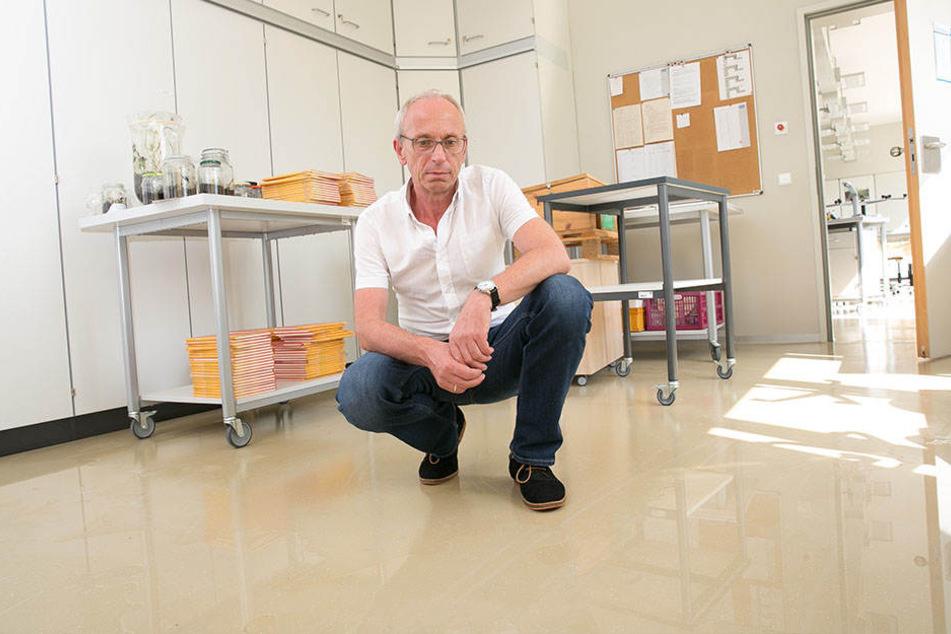 Schulleiter Jens Reichel (55) im August 2016: Der Wasserschaden von damals wirkt sich noch heute auf den Schulbetrieb aus.