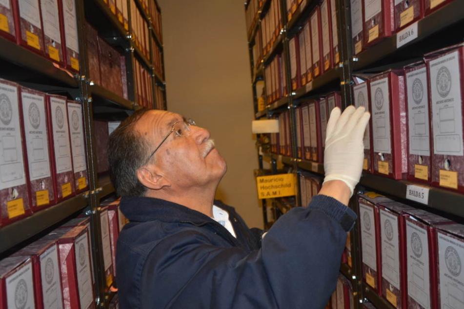 Der Archiv-Direktor, Edgar Ramirez, mit den geretteten Akten zu Hochschilds Heldentat.