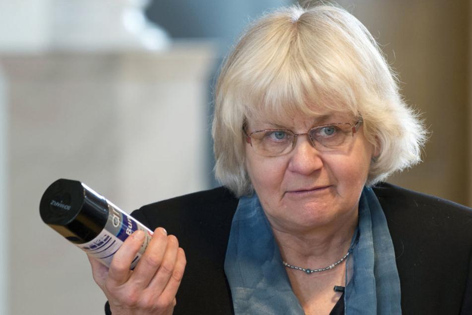 """Seit 30 Jahren ist die Berlinerin Irmela Mensah-Schramm als """"Polit-Putze"""" in ganz Deutschland unterwegs, schreibt Hass-Grafittis um."""