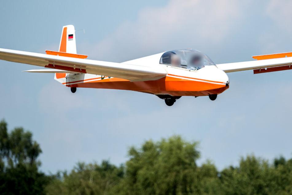 Segelflieger-Pilot kommt von Startbahn ab und kracht gegen Baum