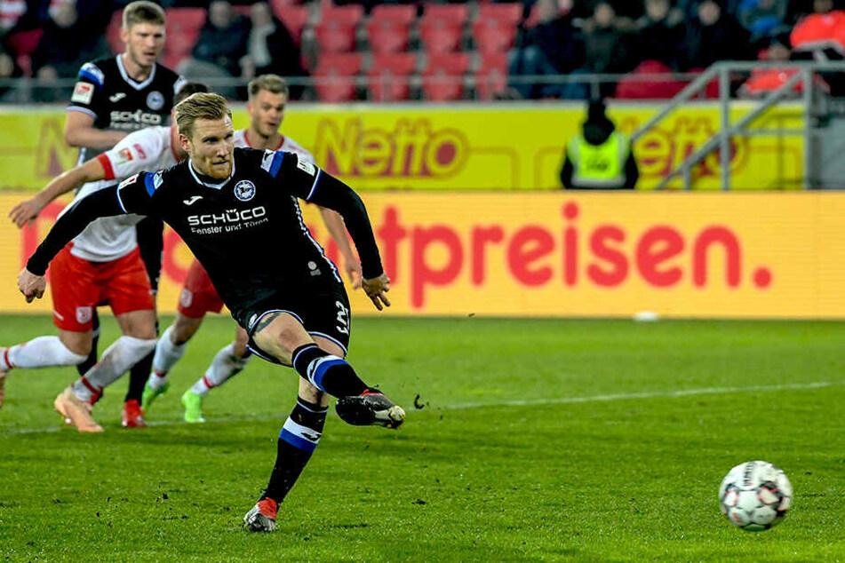 Andreas Voglsammer verwandelt den Elfmeter zum 2:0 aus Bielefelder Sicht sicher.