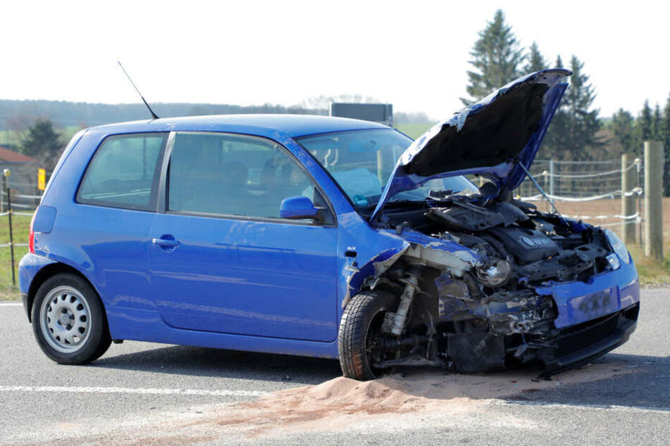 Verletzter bei schwerem Kreuzungs-Crash