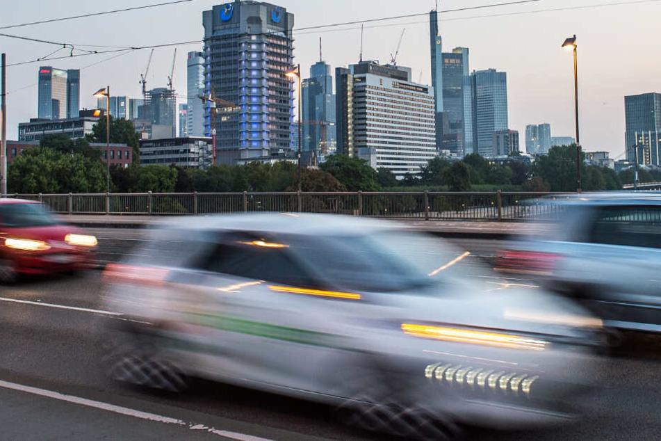 Autos auf der Friedensbrücke: Wird das Diesel-Fahrverbot in Frankfurt verschleppt?