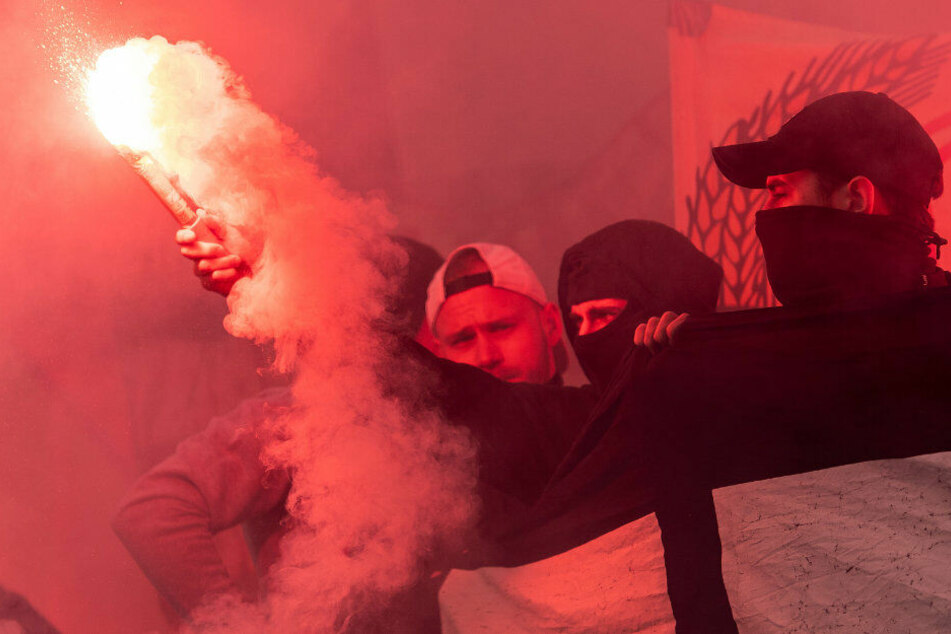 Fans von Fortuna Düsseldorf zünden Bengalos. (Archivbild)