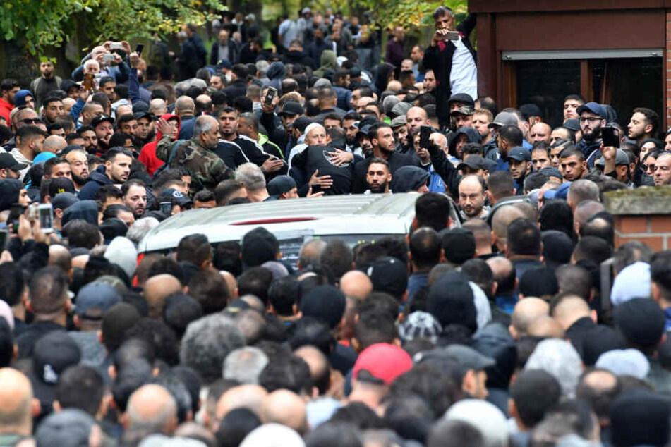Zur Trauerfeier des erschossenen Nidal R., kamen zahlreiche Trauergäste.