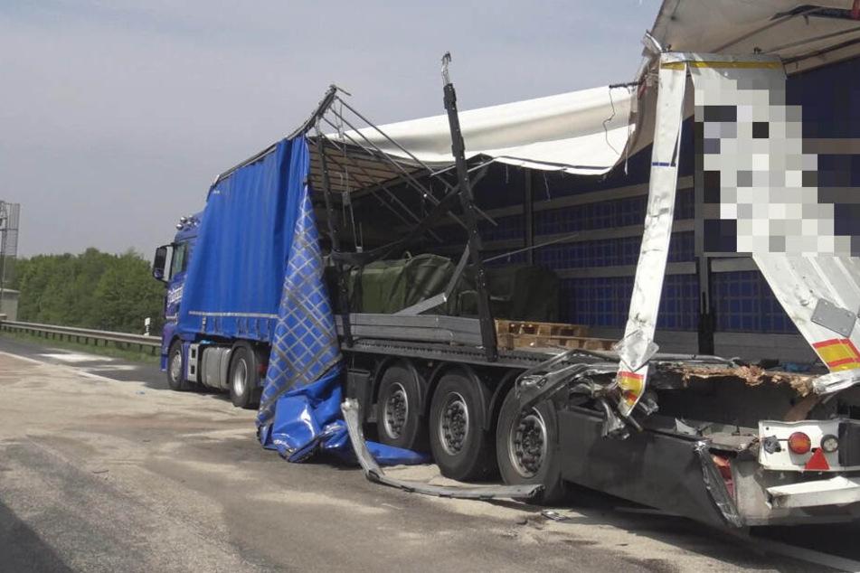 Einer der beteiligten Laster wurde erheblich beschädigt.