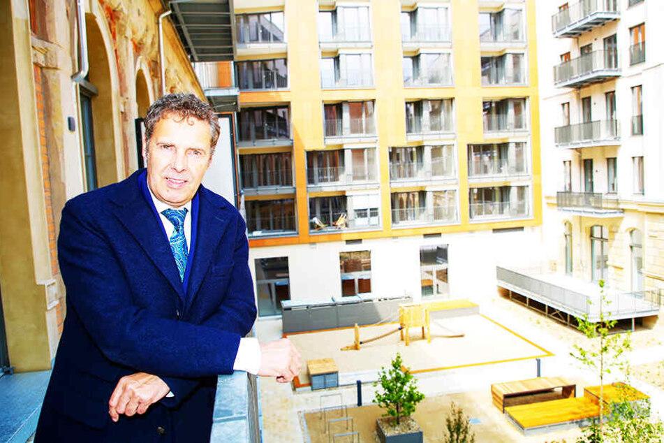 Leitet die CG-Niederlassung in Dresden: Bert Wilde (55) auf einem Balkon im Altbauflügel mit Blick auf den Innenhof.