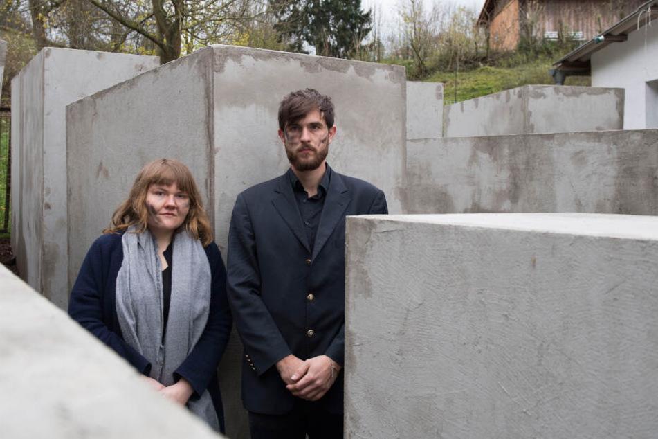 Morius Enden und Jenni Moli, Mitglieder des Künstlerkollektivs Zentrum für Politische Schönheit, stehen in einem verkleinerten Nachbau des Berliner Holocaust-Mahnmals in Sichtweite des Grundstücks von AfD-Politiker Höcke.