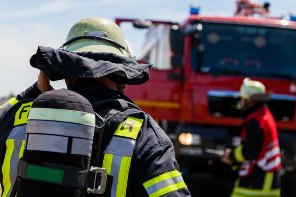 Bei den Löscharbeiten wurden zwei Feuerwehrleute verletzt. (Symbolbild)