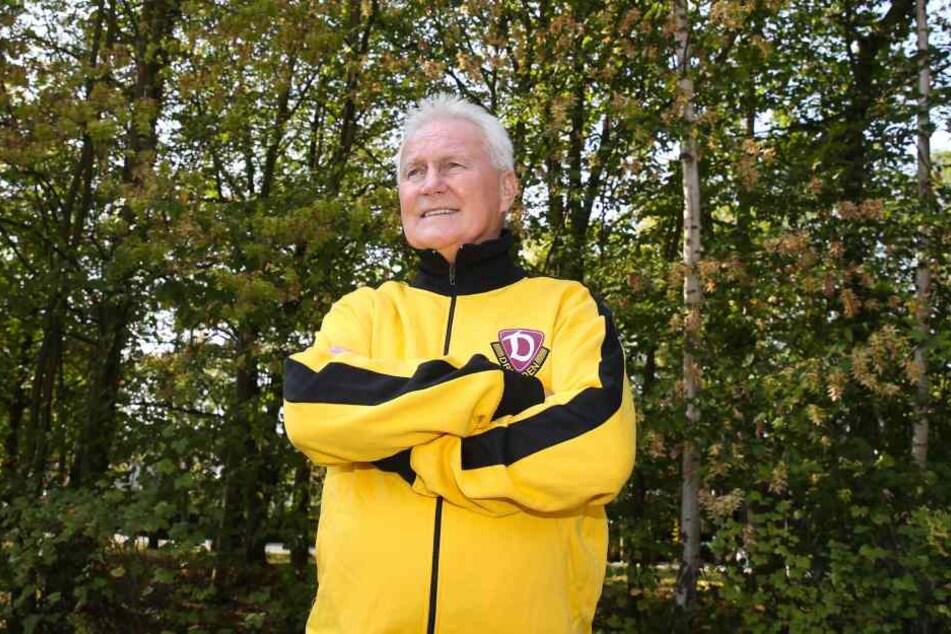 Das Dynamo-Outfit steht Reinhard Häfner immer noch gut. Das ehemalige  Mittelfeld-Ass verfolgt das Geschehen bei seinem Verein aufmerksam.